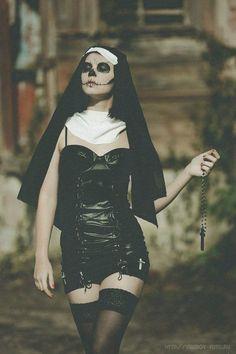 Nuns just wanna have fun Nun Halloween Costume, Nun Costume, Halloween Makeup, Halloween 2020, Halloween Outfits, Hot Nun, Saints And Sinners, Fantasias Halloween, Ange Demon