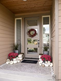 This modern fall porch decor is classic and elegant. The red mums and white pumpkins paired with the black planters gives the porch a bold look for fall. Treatment Projects Care Design home decor Christmas Urns, Modern Christmas, Modern Porch, Pumpkin Display, Winter Porch, Diy Fall Wreath, Porch Decorating, Decorating Ideas, Gazebo