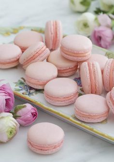Macaron Recipe Pink french macarons on a painted porcelain plate with flowers Strawberry Macaroons, Pink Macaroons, French Macaroons, Coconut Macaroons, Macaroons Flavors, Afternoon Tea, Macaroon Wedding Cakes, Macaroons Wedding, French Buttercream