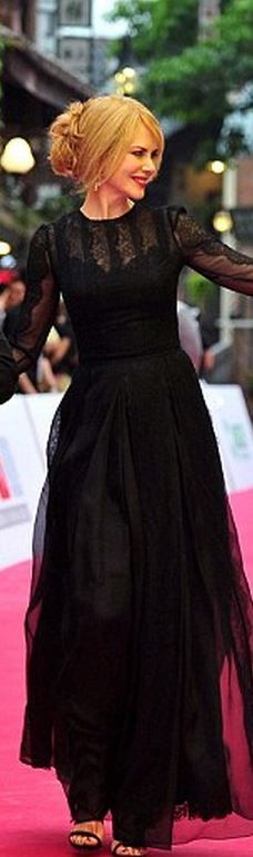 Who made Nicole Kidman's black long sleeve lace gown? (OutfitID)