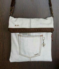 like that key ring/charm next to the pocket - - - Denim bag Denim Purse, Tote Purse, Tote Bags, Jean Purses, Purses And Bags, Pochette Portable, Diy Sac, Denim Ideas, Denim Crafts