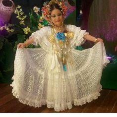 Modelo exclusiva del Rincon de mis Polleras y mas.  Pollera blanca en organza bordada con tembleques de colores