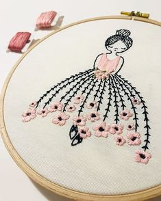 hand embroidery stitches step by step Simple Embroidery Designs, Hand Embroidery Patterns Free, Hand Embroidery Videos, Embroidery Flowers Pattern, Creative Embroidery, Hand Embroidery Stitches, Crewel Embroidery, Embroidery Hoop Art, Embroidery Ideas
