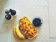 Pranzo a base di mango, mirtilli e banane