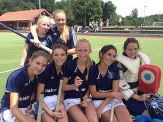 Die weibliche Hockey-Jugend B hatte heute ihren letzten Spieltag in diesem Schuljahr. Gegen die Mannschaft aus Reutlingen gab es einen 1:0 Sieg und das Spiel gegen Heidenheim endete 1:1 unentschieden. Ein Hockey-Highlight in diesem Schuljahr steht am Donnerstag mit dem Landesfinale von Jugend trainiert für Olympia in Stuttgart an - dafür hat sich die Hohenfelser Jungenmannschaft qualifiziert. Wir werden berichten :-)