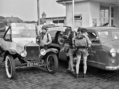 Begegnung an der Tankstelle: Mercedes Renntransporter und Ford Model T