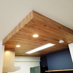 On Walls,アクセントクロス,キッチン 天井,リリカラ,新築マンション,マンション暮らし ayの部屋 Wall Lights, Ceiling Lights, Wood Wallpaper, Wood Ceilings, Planter Boxes, Cool Rooms, Woodworking Crafts, Lighting Design, Track Lighting