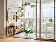 Ein Balkon mit Regal