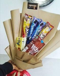 Beng-beng Max . Bouqet jajan cocok banget buat temen sempro sidang semhas wisuda daaan kado untuk sobii kalian . Bouqet jajan bisa request jajan apapun sesuka kalian budget juga sesukaa teman-teman. Harga mulai 15 ribu yaah . . . . #bouqet#bouquetjajan#murah#antimainstream#harga#mahasiswa#banget#malang#kota#snack#lucu#lucubanget#simpel#kertas#um#ub#lumajang        Foodie Snack Snacks Diy Snacks, Diy Bouquet, Paper Shopping Bag, Diy And Crafts, Birthday, Flowers, Gifts, Handmade, Bouquet Of Chocolate