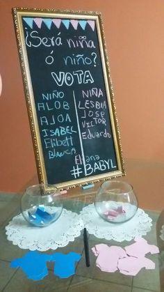 Decoration gender reveal party. Revelación sexo bebe. Pizarra vintage para votacion. Baby girl or baby boy. Niña o niño. Pink blue