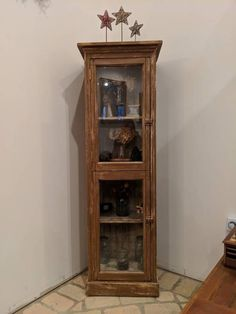 Hutch vintage look, recycled from old doors Best Man Caves, Wooden Garage Doors, Old License Plates, Entry Tables, Man Room, Distressed Painting, Old Doors, Tin Toys, Paint Furniture