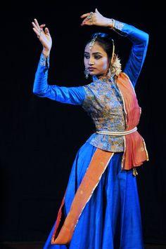 blouse with buttons Kathak Costume, Kathak Dance, La Bayadere, Indian Classical Dance, Pole Dance Moves, Folk Dance, Dance Art, Country Dance, Ballet