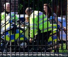 Photos : le prince George sur une moto de police sous la surveillance de Kate, amusée - Femme Actuelle