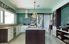 Os azulejos turquesa definiram a cor das paredes da cozinha. Projeto da arquiteta Andrea Murao