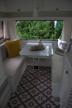 Has your couch in your caravan seen better days? Your caravan, and the couch, will never be the same. Vintage Campers, Camping Vintage, Vintage Caravans, Vintage Travel Trailers, Vintage Rv, Pimp My Caravan, Retro Caravan, Camper Caravan, Camper Trailers