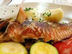 Vieja guisada. La vieja es uno de los pescados más apreciados por los canarios. Su carne es delicada y de un sabor especial, por lo que le van muy bien las preparaciones sencillas que no la enmascaran. Al vapor o plancha.... Con unas papas y mojo....un manjar....