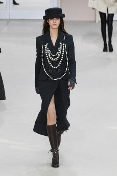 Pin for Later: Karl Lagerfeld's Hommage an Coco Chanel und alle anderen Frauen Chanel Herbst/Winter 2016