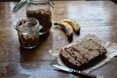 Barre crues banane-chocolat + Smoothie http://betterthan-butter.blogspot.fr/2014/04/barres-et-smoothie-banane-chocolat.html