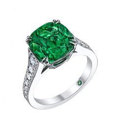 La sortija ADILA es una preciosa sortija de esmeralda y diamantes realizada con la maestría y perfección de los maestros joyeros de Navas Joyeros, en una joya ideal para toda mujer que ame esta gema preciosa.