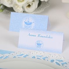 Gotowe wizytówki z wydrukowanymi nazwiskami gości - idealne na przyjęcie z okazji Chrztu Świętego chłopca. #chrzestswiety #dekoracjestolu Maila, Place Cards, Place Card Holders