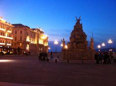 Триесте, Центральная площадь, когда стемнело и включили подсветку)