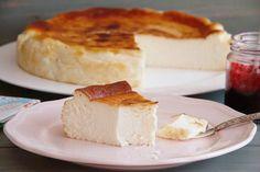 """Mañana estamos de celebración, es el cumpleaños de mi marido y ¡la tarta no puede faltar!. Ya casi tengo lista esta riquísima Tarta de queso """"La Viña"""" (San Sebastián); la queda un poco de horno, enfriar y a la nevera. ¡Nos encanta!. @misthermorecetas #misthermorecetas #thermomix #tm5 #tm31 #tarta #tartadequeso #postre #postres #recetas #cumpleaños #merienda"""