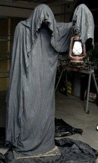 10 Terrifying DIY Props for Your Haunted House Creepy Halloween Decoration! This grim reaper halloween decoration is sure to put the fright in your night! Dulceros Halloween, Halloween Forum, Adornos Halloween, Halloween Disfraces, Holidays Halloween, Halloween Costumes, Vintage Halloween, Diy Halloween Reaper, Halloween Yard Ideas
