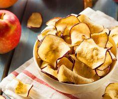 Chips light de maçã com apenas 35 kcal que ajudam a saciar a fome. Delicioso. Veja a receita: http://luciliadiniz.com/salgadinho-de-maca/