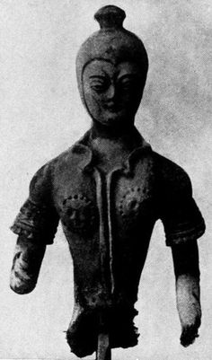 Kizil. Rider, 8th century. (?). Modified armoured defense collar. The rosettes on the chest worn as apotropaic (intended to ward off evil) lions head or Gorgon. More recent shape of the Spangenhelm with [pine]cone; the wings are broken off. After S. v. Oldenburg. Russkaya Turkestanskaja Ekspedicija.