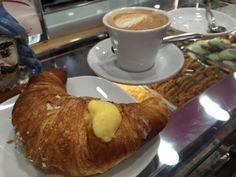 Café da Manhã... #receitaitaliana #italia #italy #roma #rome #comida #cibo #food #cafedamanha #breakfast #colazione #cornetto #cappuccino #lapasticceriasicilianaroma