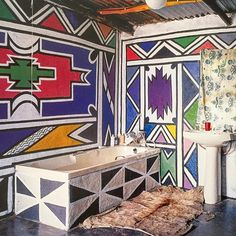 Tripping out over here! Check out his bathroom from the home of Ndebele artist Esther Mahlangu -- there needs to be more patterned bathtubs (and walls!) in our lives! The bathroom is the perfect room to go crazy in (From 'Inside Africa' book, TaSchen) African Interior Design, African Design, Africa Symbol, Art Decor, Decoration, African Pottery, African Theme, Angel Drawing, Shed Colours