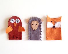 DIY Forest Friends Finger Puppets - Handmade Charlotte Great for reading. Let the animal help you read by pointing to each word. Sewing For Kids, Diy For Kids, Crafts For Kids, Arts And Crafts, Felt Diy, Felt Crafts, Diy Pour Enfants, Felt Finger Puppets, Felt Puppets