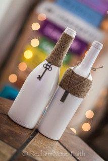 Botellas de vino pintadas de blanco decoradas con cuerda fina (soga) y llaves.