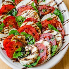 Caprese Salad is an easy, classic Italian recipe. Ripe tomatoes, fresh mozzarella and basil are a winning combination and you will love the balsamic glaze on this Caprese Salad Recipe! recipe videos Caprese Salad with Balsamic Glaze Caprese Salat, Ensalada Caprese, Caprese Salad Recipe, Caprese Salad Dressing, Salad Recipes Video, Healthy Salad Recipes, Vegetarian Recipes, Cooking Recipes, Medeteranian Recipes