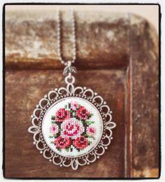 Güllüsünden...  #etaminkolye #kaneviçekolye #elişi #takı #kolye #hediye #sipariş #hobi #xstitchnecklace #crossstitchnecklace #xstitch #crossstitch #embroidery #embroiderynecklace #workshop #izmirdekurs #kurs #atölye #10marif #embroiderydesign #nakış #nakışkolye #gül #rose #çiçek #demet #pembe #pink #spring #flower