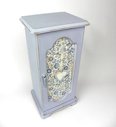 Shabby Chic Vintage Jewellery Box Painted in Louis Blue with Liberty's D'Anjo Tana Lawn Cotton Fabri Painted Jewelry Boxes, Painted Boxes, Shabby Chic Boxes, Blue Chalk Paint, Liberty Fabric, Wooden Hearts, Home Decor Items, Vintage Jewelry, Decorative Boxes