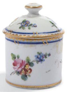 SÈVRES Pot à onguent couvert en porcelaine tendre à décor d'un jeté de petits bouquets de fleurs sur fond blanc, galon bleu et or. Dents de loup or en bordure. XVIIIe siècle. Lettre O pour 1767. H. totale:… - Millon - 13/11/2013