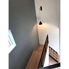 フレコ◡̈さんはInstagramを利用しています:「. 同じようなpicばかり ゴメンナサイ🙇♂️🙇♀️ . 我が家の顔♡ お気に入りの鋼製階段🌿 同時にセンスが問われる飾り棚..🤣 . #リビング階段#鋼製階段#吹き抜け#ペンダントライト#ブラケットライト#照明#踊り場#デザイン階段#ハウスメーカー#新築#大人可愛い#北欧インテリア#…」 Wall Lights, Lighting, Room, House, Instagram, Home Decor, Bedroom, Homemade Home Decor, Appliques