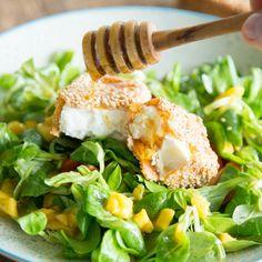 Mit einer knusprigen Kruste aus Sesam wird würziger Feta noch besser.Und mit einem Spritzer Honig läuft er auf Feldsalat und Mango zu Höchsform auf.