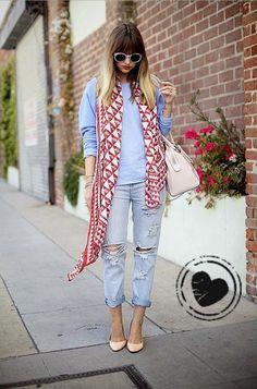 A combinação do moletom, calça jeans e bolsa de cor neutra no look  ganha mais vida com um lenço de cor forte, que é o destaque do visual! Nos pés, o sapatos de cor nude alongam a silhueta. Acessórios como pulseiras  e anéis  dão o charme ao look.
