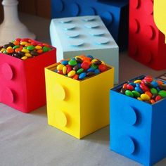 Sweet table à l'occasion d'un anniversaire sur le thème lego. Idées, printables et vaisselle à r Lego Themed Party, Lego Birthday Party, 6th Birthday Parties, Boy Birthday, Lego Parties, Cake Birthday, 5th Birthday Ideas For Boys, Bolo Lego, Lego Cake