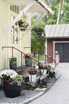Talon jokaisen sisäänkäynnin ja terassin juurella on runsaasti kukkia erilaisissa ruukuissa. Suureen puutarhaan ei ole tehty suunnitelmaa, vaan sen nykyinen ilme pohjaa vanhoihin perennoihin.