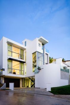 Multi-story modern home in the Hollywood Hills by Harrison Design Beautiful Architecture, Contemporary Architecture, Architecture Details, Harrison Design, House Windows, Modern Exterior, Elle Decor, Modern Design, Photos