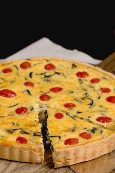Uma receita super prática para fazer num almoço em família: Quiche de Tomate e Espinafre. Faça em casa e veja que delícia!