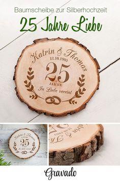 25 Jahre in Liebe vereint! Eine der ganz besonderen Geschenkideen zur Silberhochzeit: unsere rustikale Baumscheibe aus Holz mit persönlicher Gravur! Die Scheibe ist ein tolles Gastgeschenk. Mit dem schönen Spruch, Namen und Datum und dem Blumen Kranz Motiv ist die Baumscheibe eine schön Erinnerung an den besonderen Tag des Hochzeitspaares. Die Baumscheibe eignet sich außerdem perfekt als Dekoration. Ein tolles Geschenk zur Silberhochzeit.