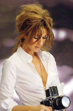 A collection of the more mature hairstyles of Celine Dion. Born in Charlemagne near Montreal, Quebec, Canada, Celine is the youngest of 14 . Celine Dion, Divas, Kylie Minogue, High Society, Famous Women, Famous People, Britney Spears, Teen Star, Girls With Cameras