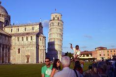 Egal welche Nation dieser Erde Pisa besucht, jeder MUSS den schiefen Turm geraderücken….weiter unter:  http://welt-sehenerleben.de/Archive/2702/pisa-mehr-als-nur-eine-schrage-beruhmtheit/ #Pisa #Italien #Toskana #Reisen #Urlaub