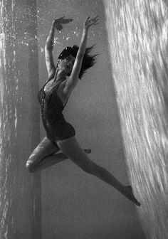 1952. Model Carmen Dell Orifice Bahamas, Photo by Norman Parkinson (B1913-D1990)