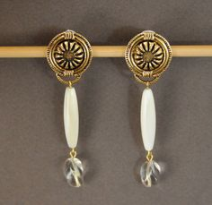Boucles d'oreille Vintage  nacre blanche cadeau par UneDemiLune