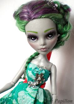 Custom repainted and re-rooted Ghoulia for a friend as a birthday present. <3 by Petit Papillon